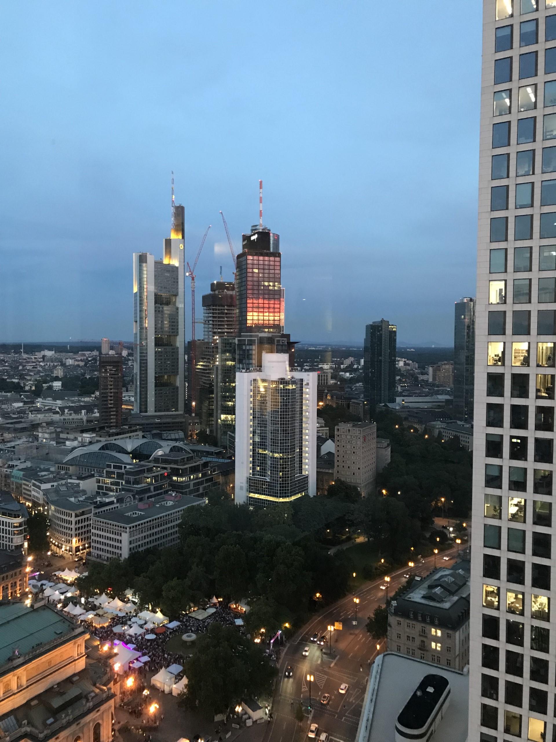 Abendlicher Blick aus unserem Frankfurter Büro.