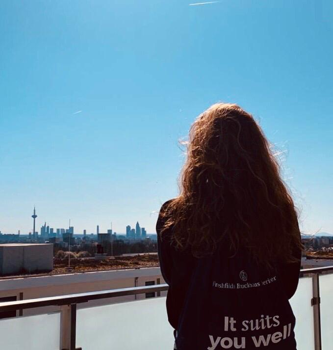 Fantastischer Blick auf die Frankfurter Skyline aus dem Homeoffice in Corona-Zeiten.